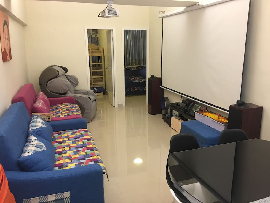 Spacious Living and Dinning Room and High Quality AV Cinema. 特大客厅提供最顶级影院设备