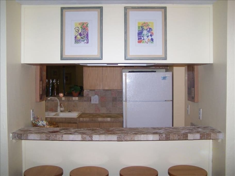 Kitchen with Bar and 4 stools