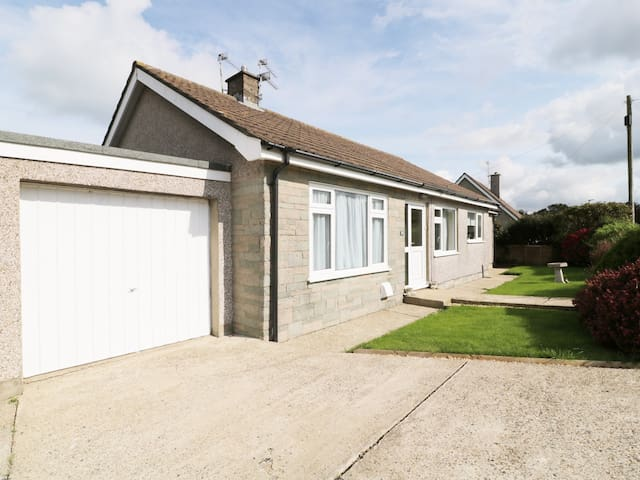 BUNGALOW, pet friendly, with a garden in Fishguard, Ref 944756