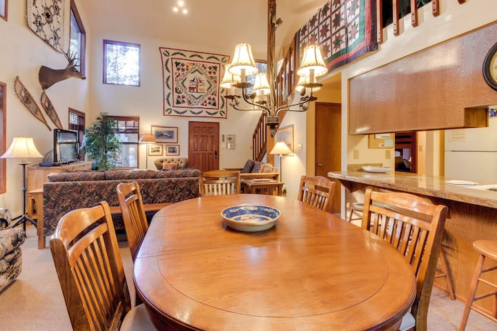 Cabin-style house w/ a private hot tub and SHARC access!