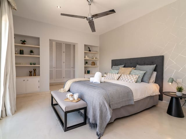 Bedroom # 1 (Upper floor) – King-size bed (180 x 200 cm), ceiling fan, air conditioning, walk-in closet, private terrace, and en-suite bathroom with walk-in rain shower, bathtub and double vanity.