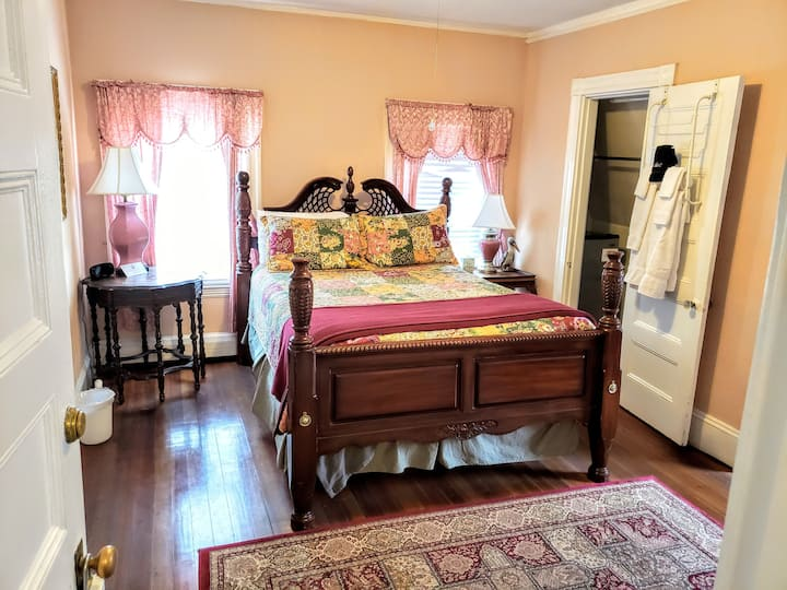The Governor's Suite - The Coolidge Corner Guest House