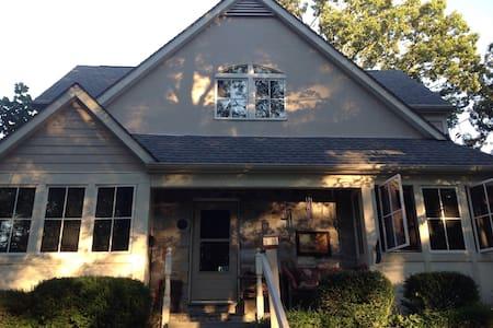 Bohemian bungalow in DC suburbs - Bethesda