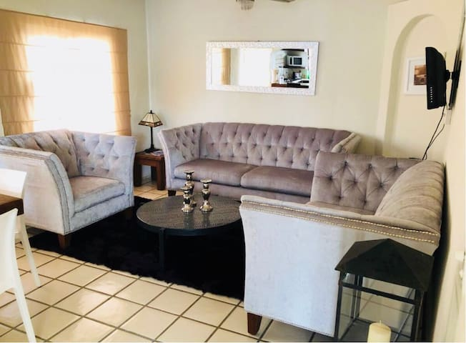 Cozy 1 Bed condo located 1 block from the beach.