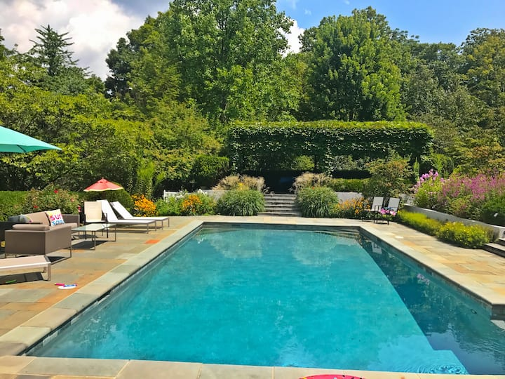 Relax by the pool-Private Guest Suite Mt Lookout