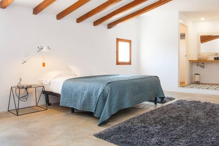 Habitación Rosita, con baño en suite y vistas al jardín. Cama de matrimonio.