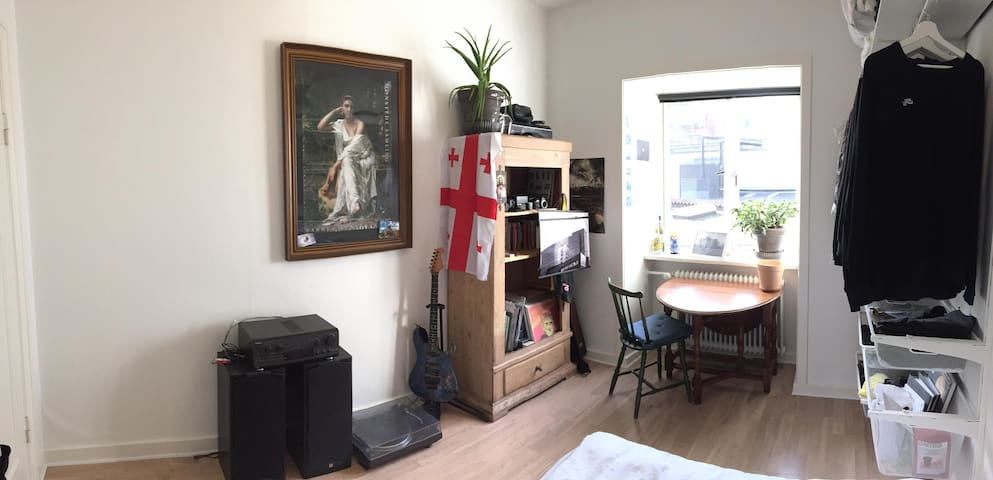Cozy room in a shared apartment - heart of Aarhus