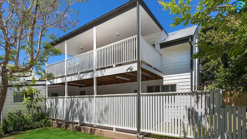 Blake Loft on Manning - 500 metres to two beaches
