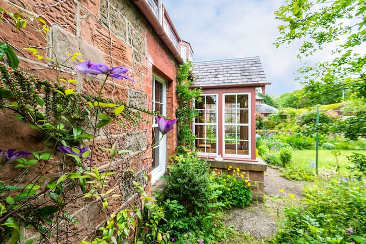 Delightful Hawthorn Cottage near Melrose