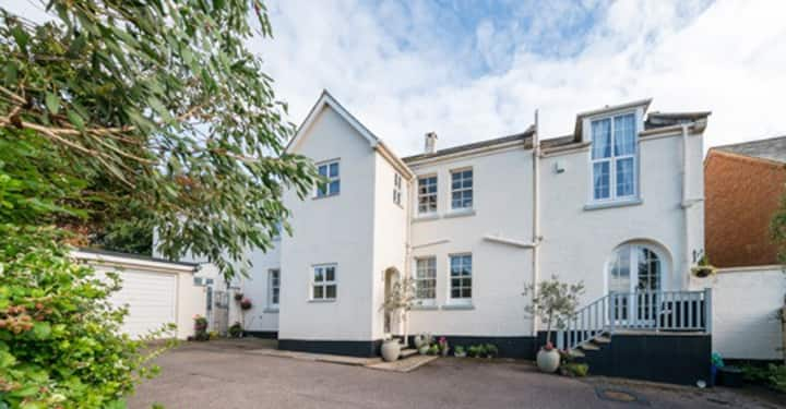 Sidmouth sea views, 4 bedrooms wing, pet friendly