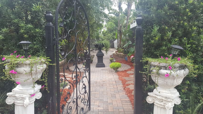 Downtown Orlando beautiful & modern guest house