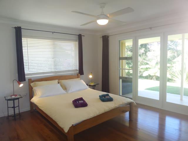 Large bedroom, Country Living Close to Mullumbimby - มูลลัมบิมบี - บ้าน