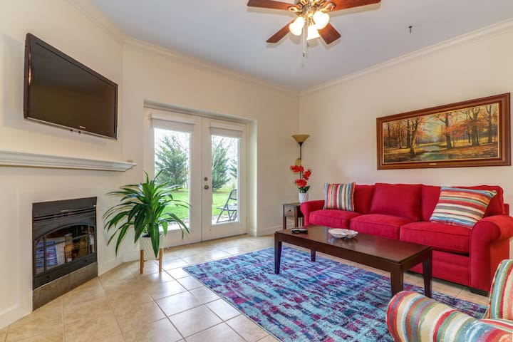 Lovely, bright condo w/ shared pool & hot tub - near outdoor fun & Dollywood