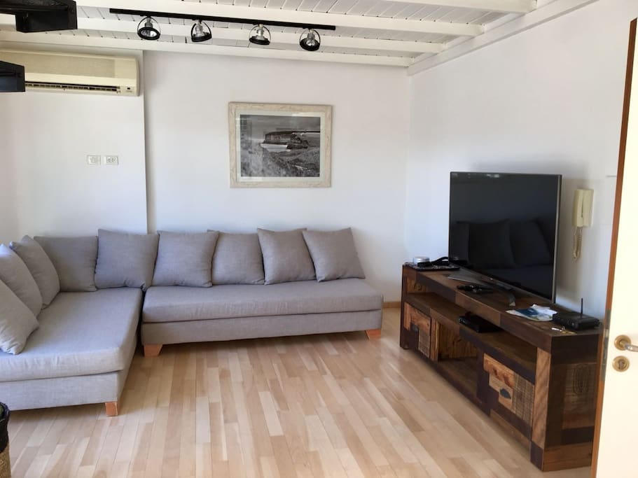 Gran sofa varios cuerpos y 2 camas de 1 plaza cada una. CABLE Y WIFI.