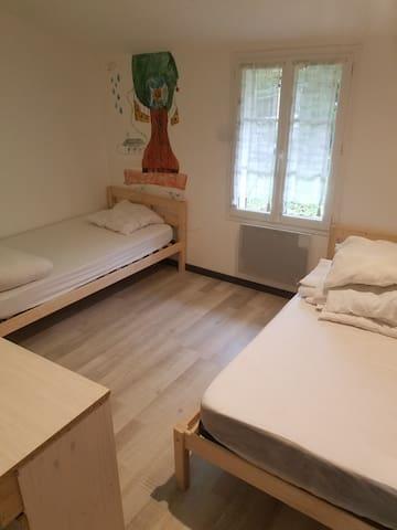Chambre trois, deux lits en 90