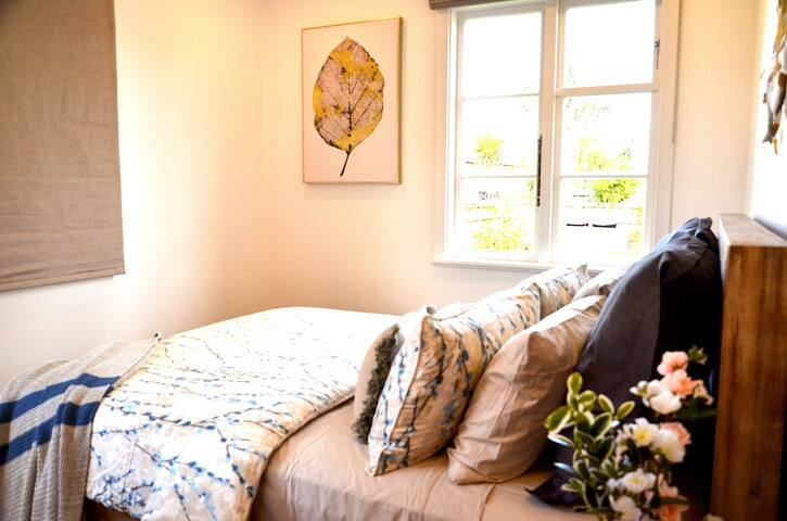 Cute Bedroom with garden view near cbd