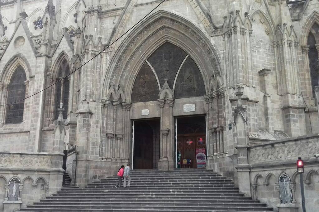 """Puerta principal de la entrada a la """"Basílica de Quito"""""""