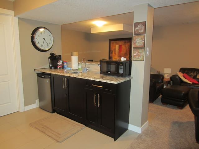 Bright & welcoming basement suite all to yourself - Calgary - Casa