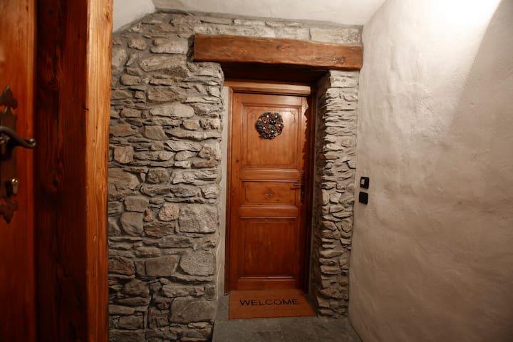 Ingresso di casa. dopo una rampa di scale si accede alla porta di ingresso della Maijon de l'église