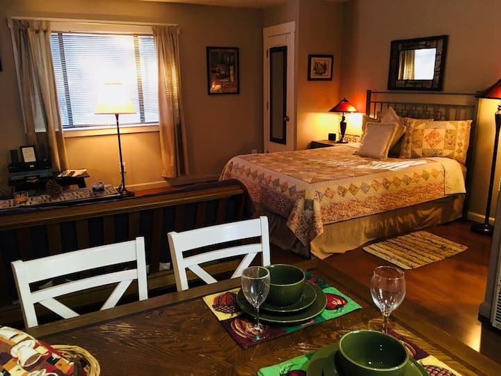 Cozy Cabin w/hottub, fireplace,walk to lake