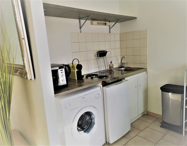 Four - Micro-ondes - plaques de cuisson  - Tout le nécessaire pour cuisiner  -Couverts - verres à vin - poêle - casserole / Washing machine - Oven - Microwave - hobs - Everything you need for cooking  Cutlery - bowls - wine glasses - stove - saucepan