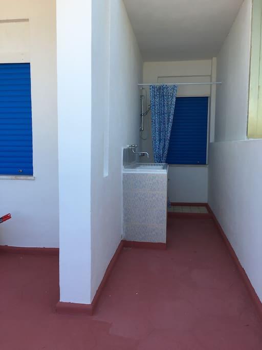 Doccia esterna + comodo lavabo
