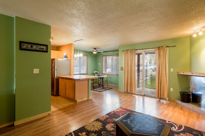 2BR 2BA condo on bus line, hot tub