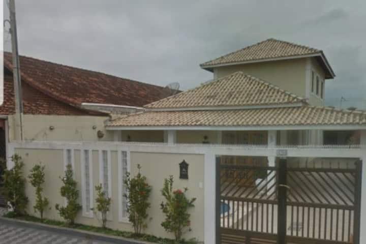 Linda casa de veraneio com piscina na Praia Grande