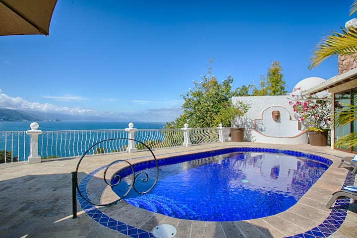 PRIVATE POOL JACUZZI, STAFF EASY WALK TO BEACH