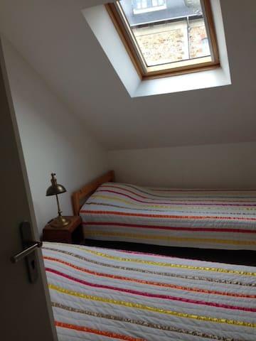 A l'étage : une chambre avec 2 lits 90 et une commode