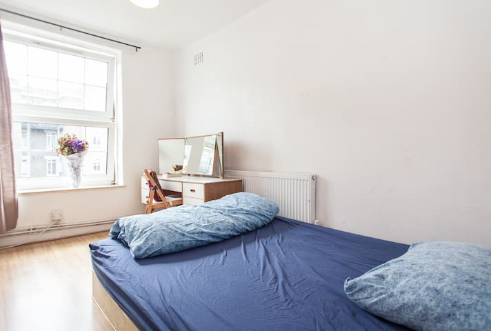 King bed: 2 mins to central line & bus! Fast Wifi