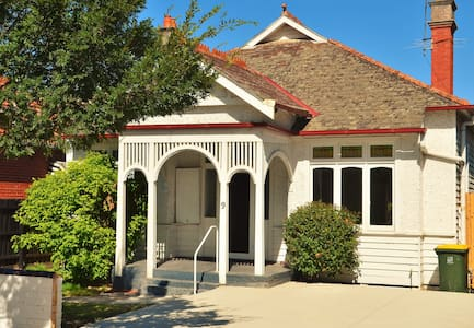 Chic Mini Mansion on the Doorstep of Everything r2 - Elsternwick