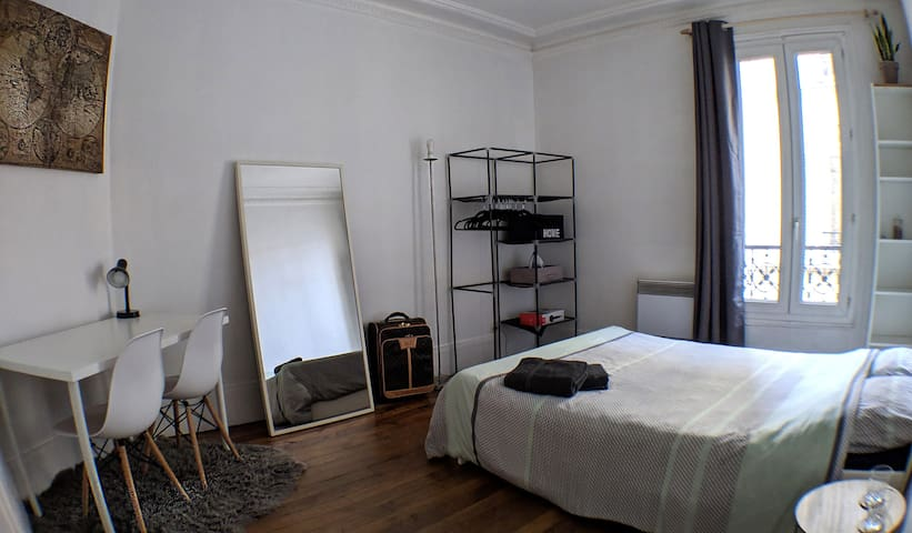 Big Private Bedroom close to Paris