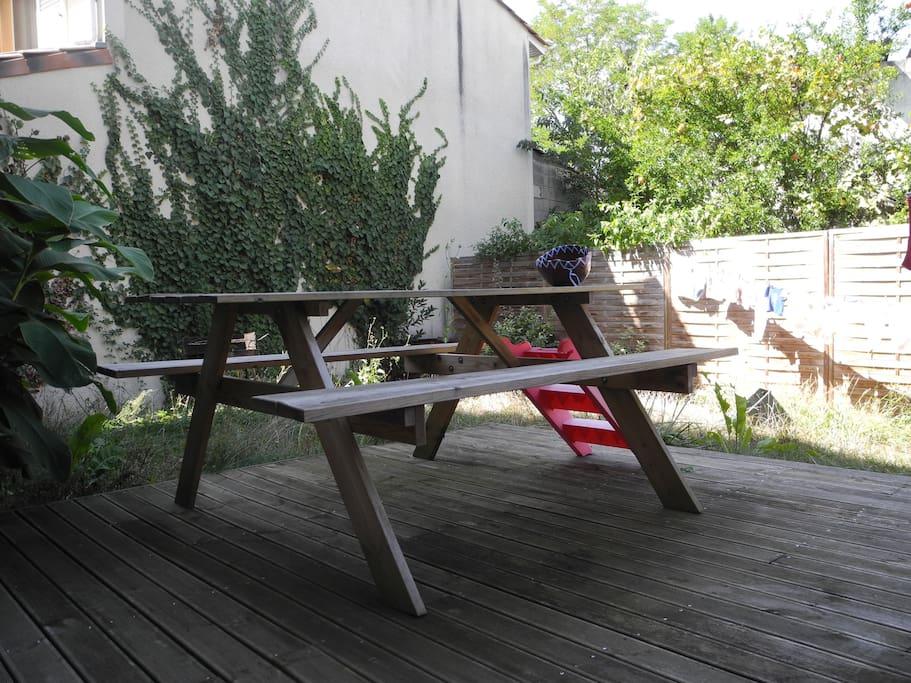 Terrasse et jardin entièrement clos à l'arrière de la maison