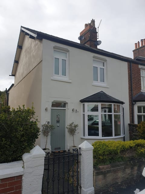 3 bedroomed house minutes from the sea front