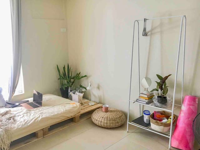 Homestay in a Cozy Bedroom in BGC - Shared Flat