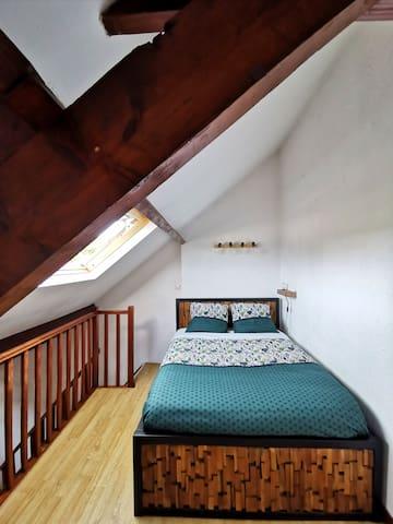 Chambre avec lit-double - armoire disponible pour ranger vos affaires avec tiroirs, penderie avec cintres et étagères