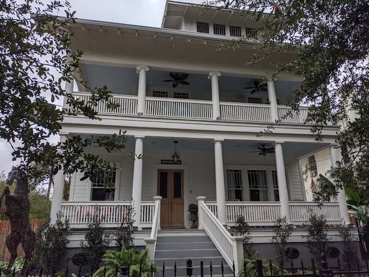 Private 1 BR apt in Grand Uptown Home by Tulane U.