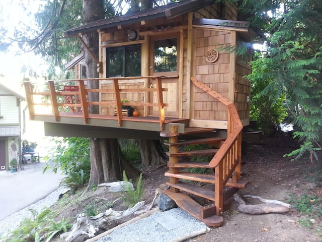 Waterfront Tree House with Kayaks and Hot Tub
