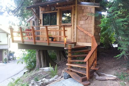 Waterfront Tree House with Kayaks and Hot Tub - Vaughn