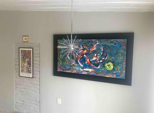 Galería de arte dentro del departamento con obras del anfitrión.