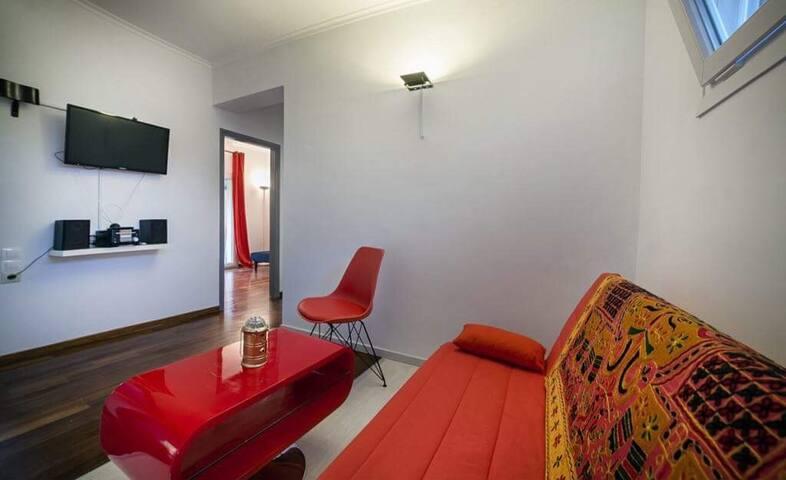 Das Wohnzimmer mit TV und Stereoanlage