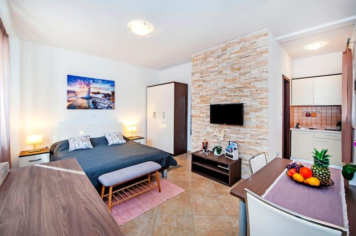 F&R Apartments - Studio 2