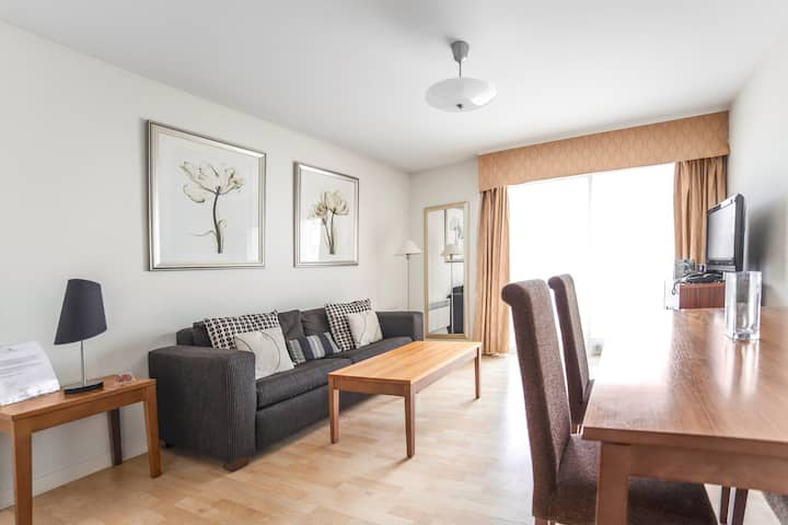 Spacious 1 Bedroom Apartment   Close to public transport   Free parking + Wi-Fi