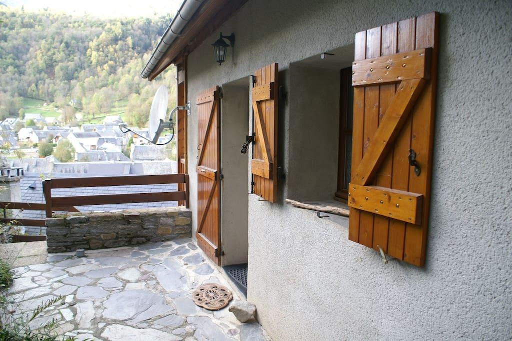 Une terrasse sur laquelle on peut manger en été