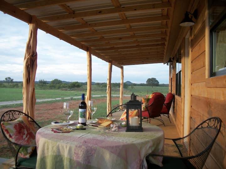 Pet-friendly cabin (fenced yard)-8 Min to FBG