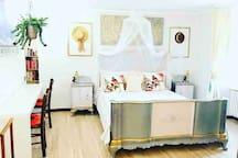 Camera da letto matrimoniale , scrivania ,piano di lavoro ,Wi-Fi gratuito .Riscaldamento autonomo gratuito!