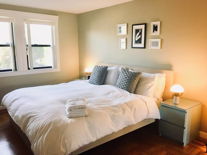 Modern Sunset Suite (+King bed) by GG Park