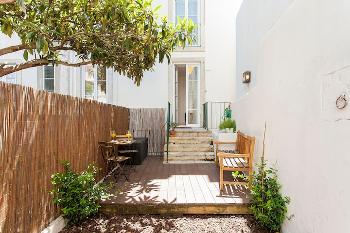 Sunny Lisbon Old Town Flat with Garden in Alfama