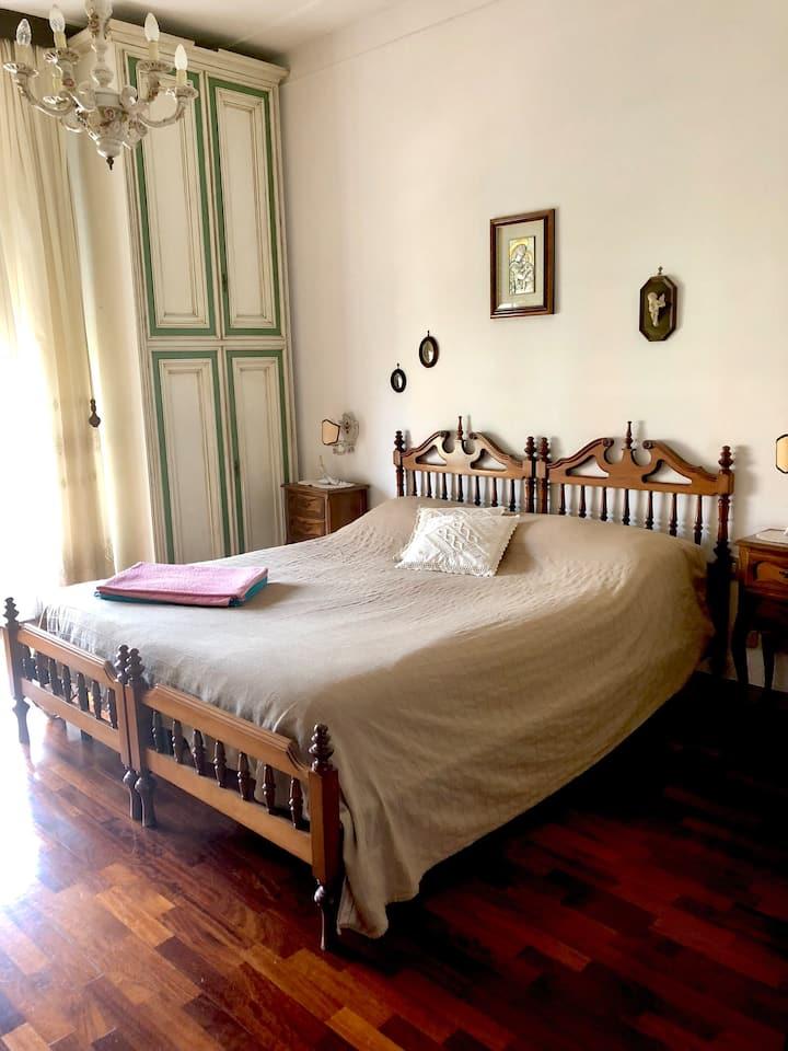 Camera matrimoniale con balcone.